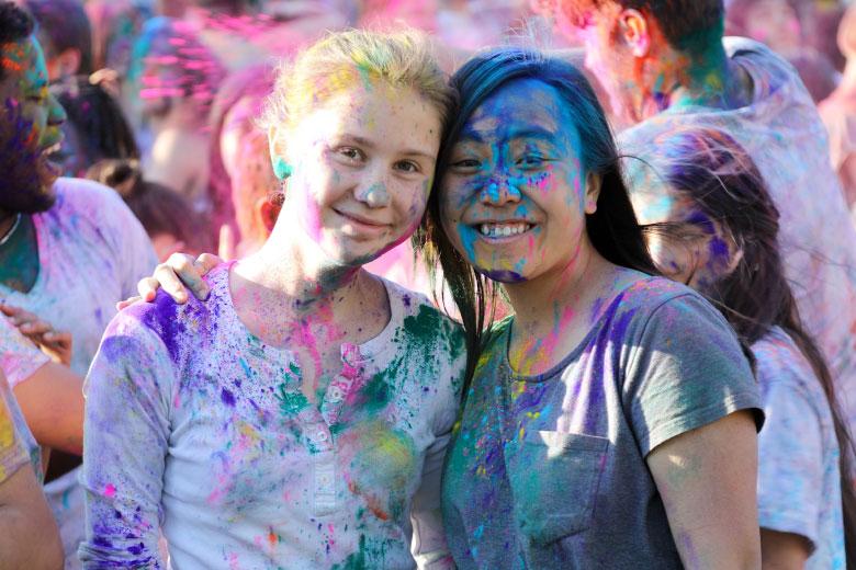 Glückliche Schülerinnen mit Holy Colour