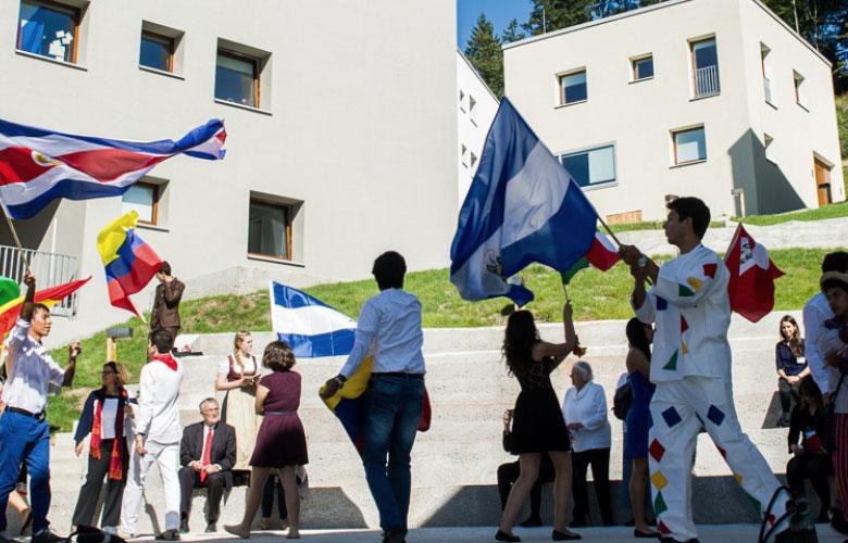 Schüler schwingen Landesflaggen